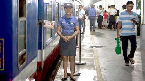 Vé tàu Tết Đinh Dậu tăng giá từ 5 - 10% ảnh 1