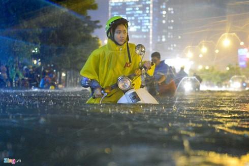 Ngập lụt lịch sử TPHCM: Lỗi tại ai? ảnh 1