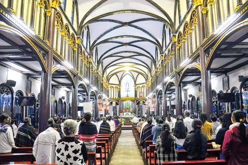 Khám phá nhà thờ trăm tuổi Kon Tum ảnh 2