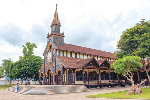 Khám phá nhà thờ trăm tuổi Kon Tum ảnh 1