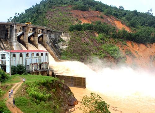 Nhiều hồ ở Hà Tĩnh xả tràn, gần 100.000 học sinh phải nghỉ học ảnh 1