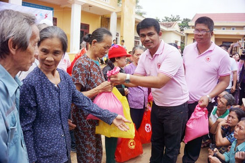 CP VN hỗ trợ người dân miền Trung bị lũ lụt ảnh 1