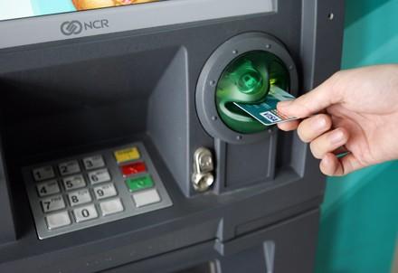 Ngân hàng nô nức... thu phí rút tiền ATM ảnh 1