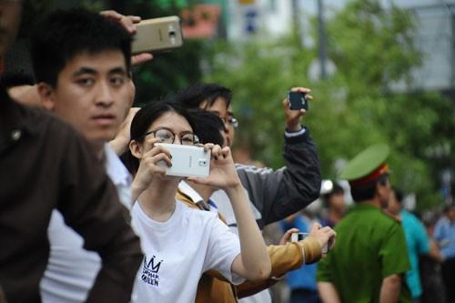 Người Sài Gòn đổ ra đường đón Tổng thống Obama ảnh 4