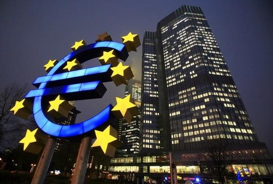 ECB giảm lãi suất xuống thấp kỷ lục 0,25% ảnh 1