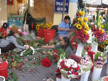 TPHCM: Giá hoa tươi tăng mạnh dịp 8-3 ảnh 1