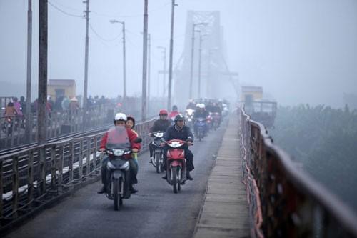 Đường phố Hà Nội phủ kín sương mù ảnh 4