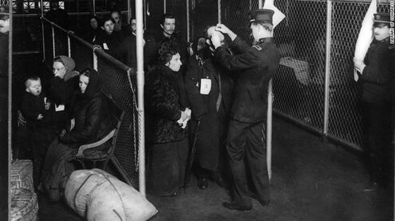 Hoa Kỳ từng có luật cấm nhập cư khắc nghiệt ảnh 1