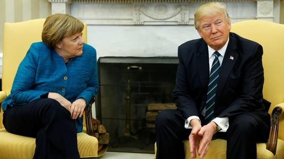 Vì sao ông Trump không bắt tay bà Merkel? ảnh 1