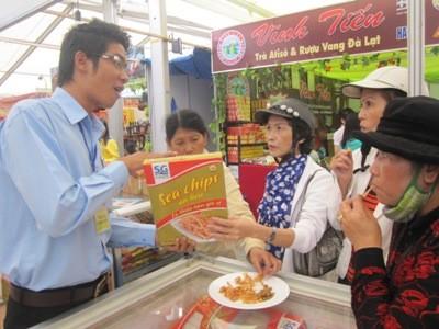 Bắt tay tiêu thụ hàng Việt ảnh 1