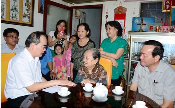 Bí thư Thành ủy TPHCM Nguyễn Thiện Nhân làm việc và thăm gia đình chính sách tại Cà Mau ảnh 2