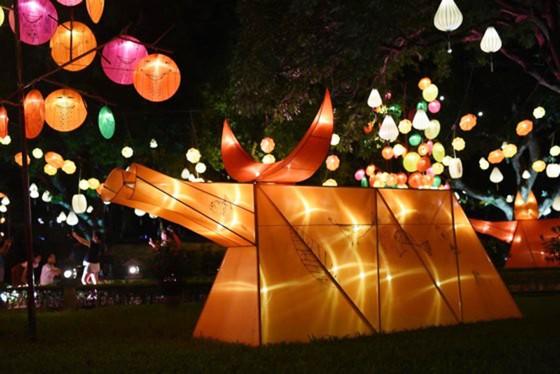 Ngỡ ngàng với tác phẩm đèn con trâu trong lễ hội đón trăng ảnh 1