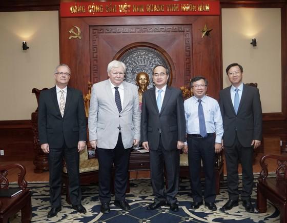 Đồng chí Nguyễn Thiện Nhân (thứ ba từ phải qua) chụp hình cùng các đại diện của Hội nghị. Ảnh: Hoàng Hùng