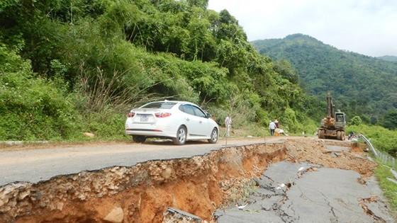Xuất 1.000 rọ đá để khắc phục sự cố sụt lún Quốc lộ 28B ảnh 2