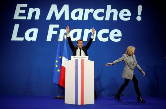 Ông Macron sẽ bước vào vòng 2 để tranh đua với bà Le Pen. Ảnh: REUTERS
