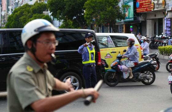 Giao thông ở Sài Gòn rối như canh hẹ sau khi phân luồng thi công nhà ga trung tâm Bến Thành - Ảnh 11.