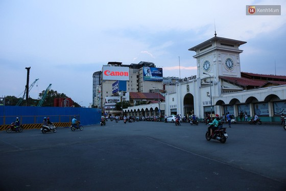 Giao thông ở Sài Gòn rối như canh hẹ sau khi phân luồng thi công nhà ga trung tâm Bến Thành - Ảnh 2.
