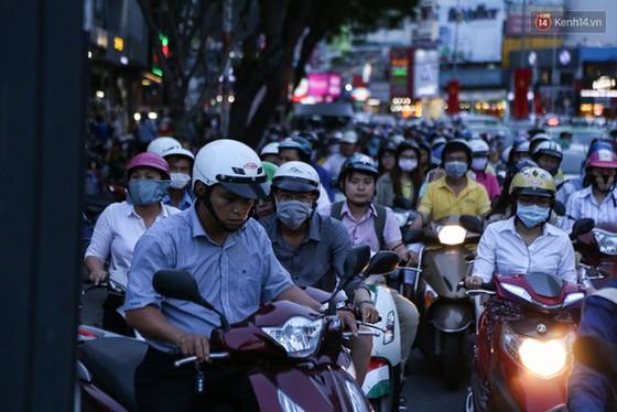 Giao thông ở Sài Gòn rối như canh hẹ sau khi phân luồng thi công nhà ga trung tâm Bến Thành - Ảnh 16.