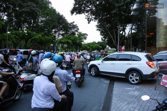 Giao thông ở Sài Gòn rối như canh hẹ sau khi phân luồng thi công nhà ga trung tâm Bến Thành - Ảnh 4.