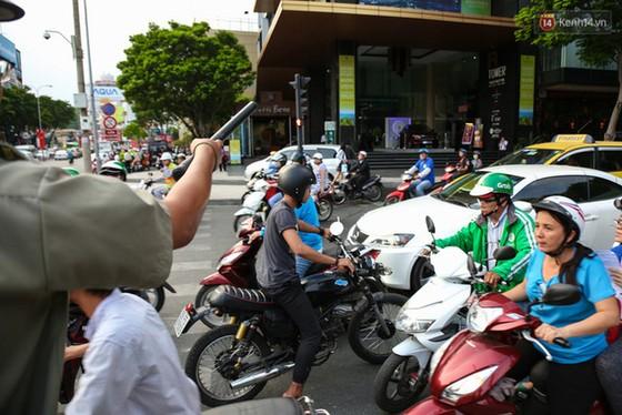 Giao thông ở Sài Gòn rối như canh hẹ sau khi phân luồng thi công nhà ga trung tâm Bến Thành - Ảnh 10.