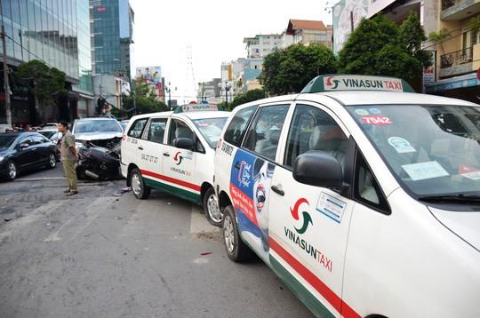 TP HCM: Tai nạn liên hoàn trên đường Phan Xích Long, kẹt xe kéo dài - Ảnh 3.