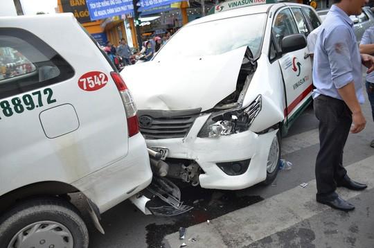 TP HCM: Tai nạn liên hoàn trên đường Phan Xích Long, kẹt xe kéo dài - Ảnh 2.