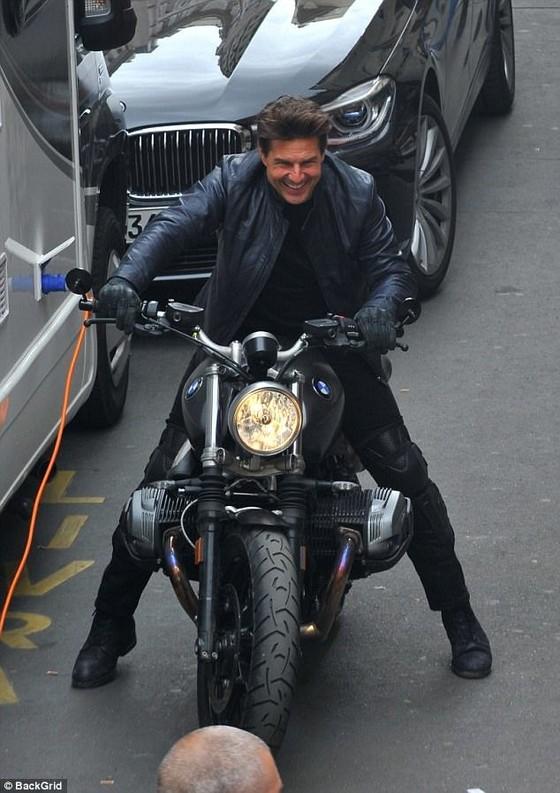 Tom Cruise cưỡi mô tô trên phim trường Mission Impossible 6 ảnh 10