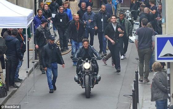 Tom Cruise cưỡi mô tô trên phim trường Mission Impossible 6 ảnh 3