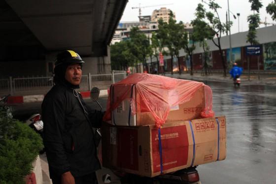 Dứt nóng, Hà Nội đón mưa to đến mức máy bay không đáp được