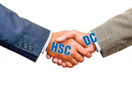 Cái bắt tay ẩn ý giữa DC và HSC ảnh 1