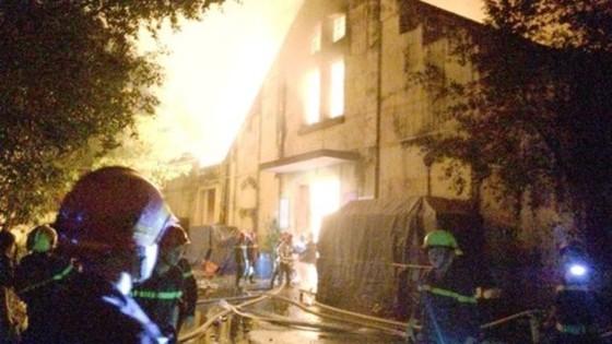 Cháy kinh hoàng tại kho chứa hàng gần Cảng Sài Gòn ở quận 4