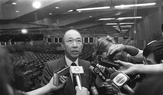 Chủ tịch sàn chứng khoán Hồng Kông, ông Ronald Li thông báo nối lại giao dịch vào ngày 26-10-1987. Ảnh: SCMP