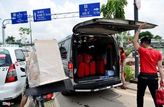 Hang nghin xe ket cung suot 5 gio o san bay Tan Son Nhat hinh anh 12