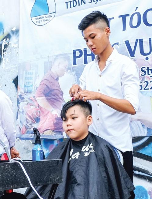 """""""Salon"""" cắt tóc miễn phí Stylist 4 Men ảnh 1"""