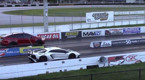 SUV điện Tesla Model X P100D cho siêu xe Lamborghini Aventador SV ngửi khói - Ảnh 2.
