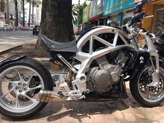 Siêu mô tô tiền tỷ Ariel Ace tái xuất trên phố Sài thành - Ảnh 2.