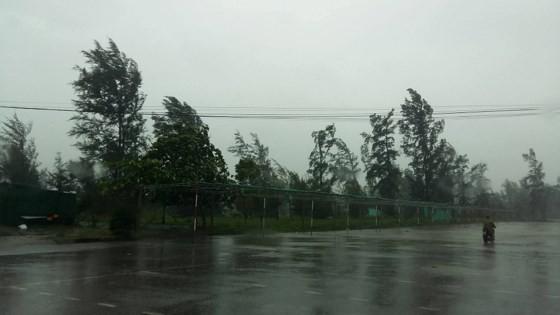 Bão số 10 đổ bộ, các tỉnh miền Trung chống chọi chạy bão ảnh 1