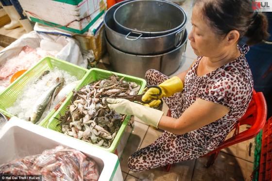 Vất vả trăm phận đời mưu sinh giữa chợ đêm Sài Gòn ảnh 4