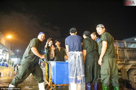 Vất vả trăm phận đời mưu sinh giữa chợ đêm Sài Gòn ảnh 12