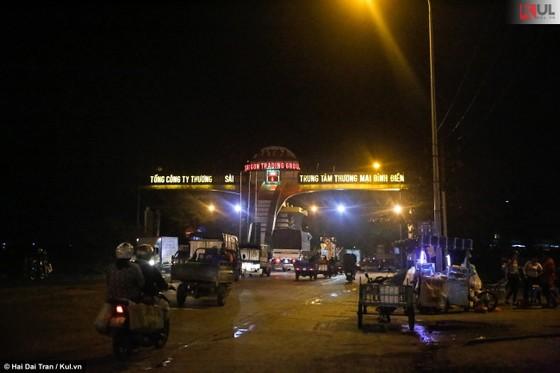 Vất vả trăm phận đời mưu sinh giữa chợ đêm Sài Gòn ảnh 1