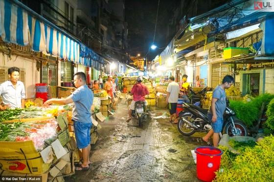 Vất vả trăm phận đời mưu sinh giữa chợ đêm Sài Gòn ảnh 18