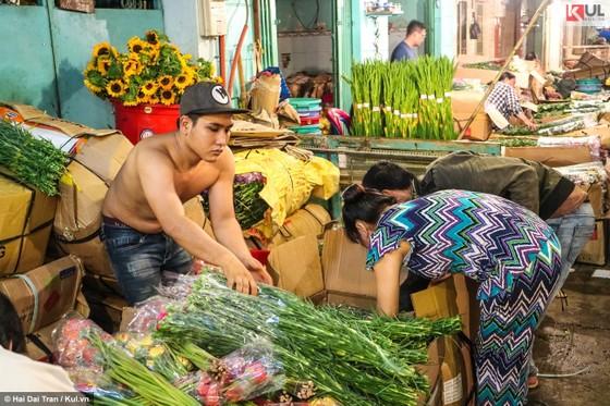 Vất vả trăm phận đời mưu sinh giữa chợ đêm Sài Gòn ảnh 19