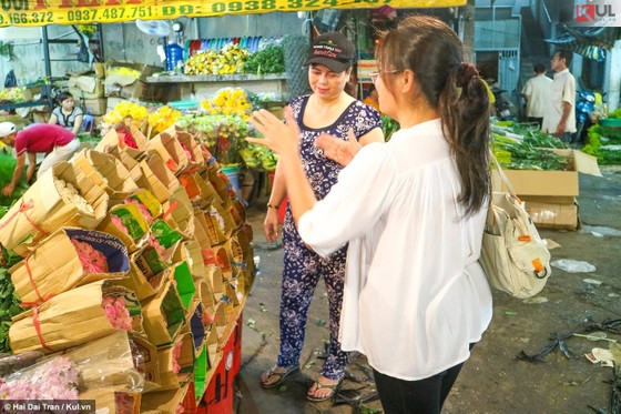 Vất vả trăm phận đời mưu sinh giữa chợ đêm Sài Gòn ảnh 23