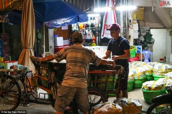 Vất vả trăm phận đời mưu sinh giữa chợ đêm Sài Gòn ảnh 8