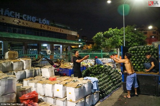 Vất vả trăm phận đời mưu sinh giữa chợ đêm Sài Gòn ảnh 7