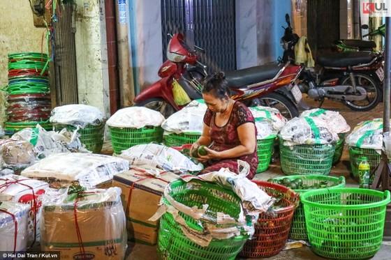 Vất vả trăm phận đời mưu sinh giữa chợ đêm Sài Gòn ảnh 10