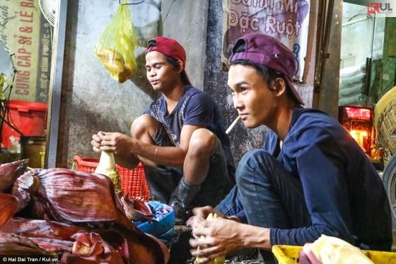 Vất vả trăm phận đời mưu sinh giữa chợ đêm Sài Gòn ảnh 14