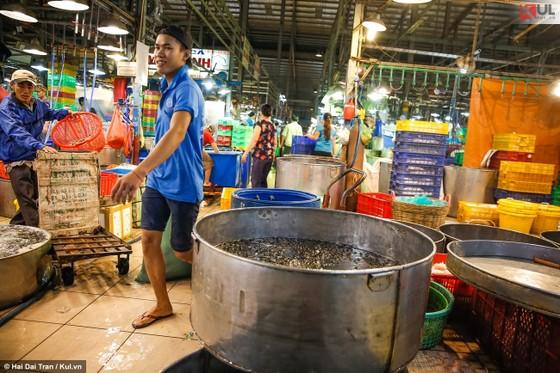 Vất vả trăm phận đời mưu sinh giữa chợ đêm Sài Gòn ảnh 3