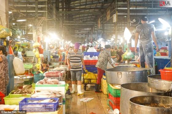 Vất vả trăm phận đời mưu sinh giữa chợ đêm Sài Gòn ảnh 2