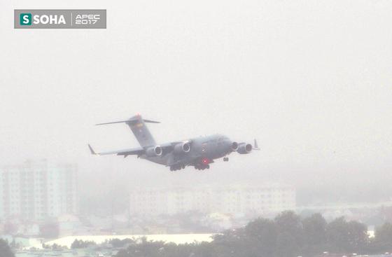[NÓNG] Siêu vận tải cơ Boeing C-17 Globemaster III chở đoàn tiền trạm Mỹ tham dự APEC đã hạ cánh xuống sân bay Đà Nẵng - Ảnh 1.